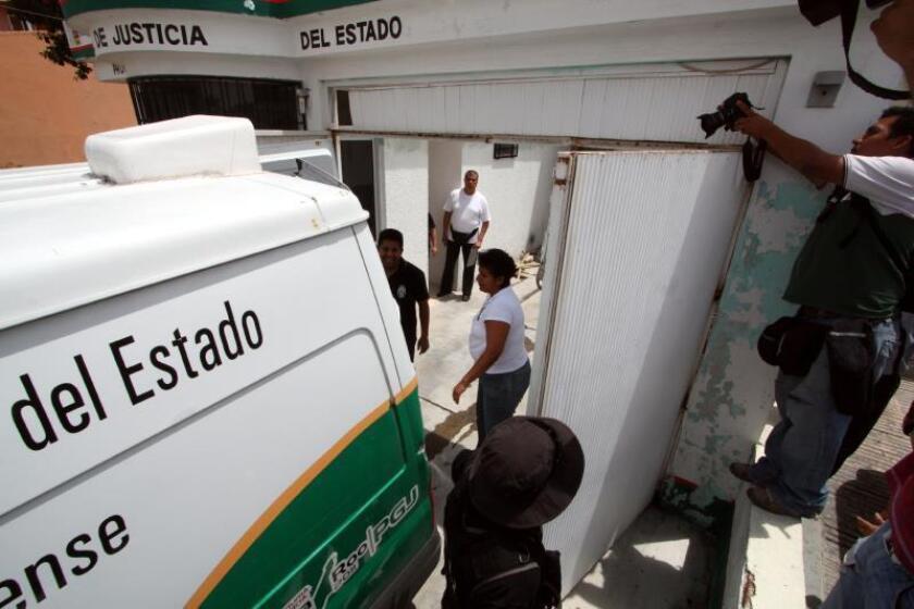 Fotografía donde se muestra el arribo de la carroza funeraria del Servicio Médico Forense de Quintana Roo. EFE/Elizabeth Ruíz/Archivo