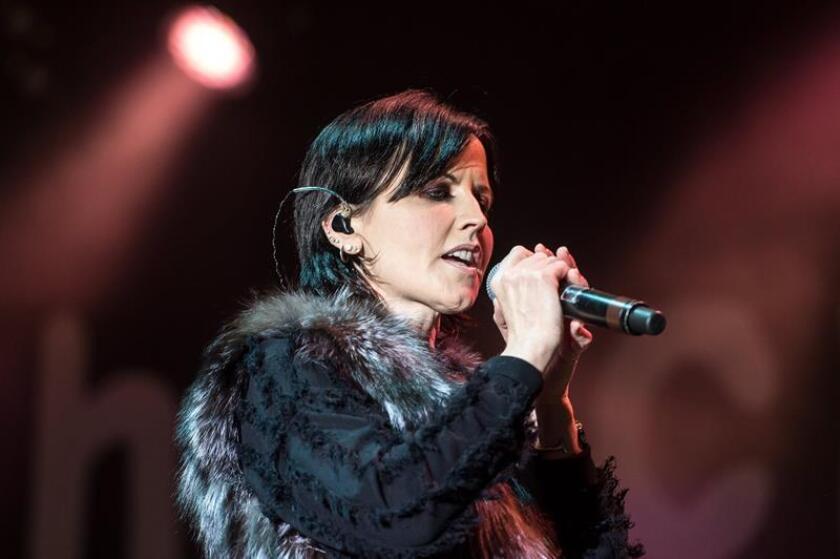 Imagen de archivo de la cantante del grupo musical The Cranberries, Dolores O'Riordan, durante una actuación del concierto en Breslavia, Polonia, el 1 de mayo de 2017. EFE