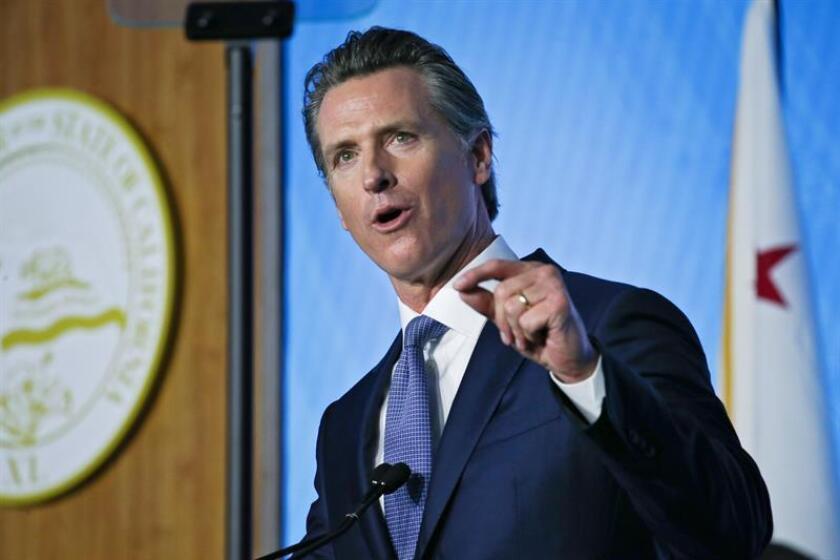 El gobernador de California, Gavin Newsom, pronuncia su discurso de inauguración después de ser juramentado en el Capitolio del Estado en Sacramento, California, EE. UU., el 7 de enero de 2019. EFE/Archivo