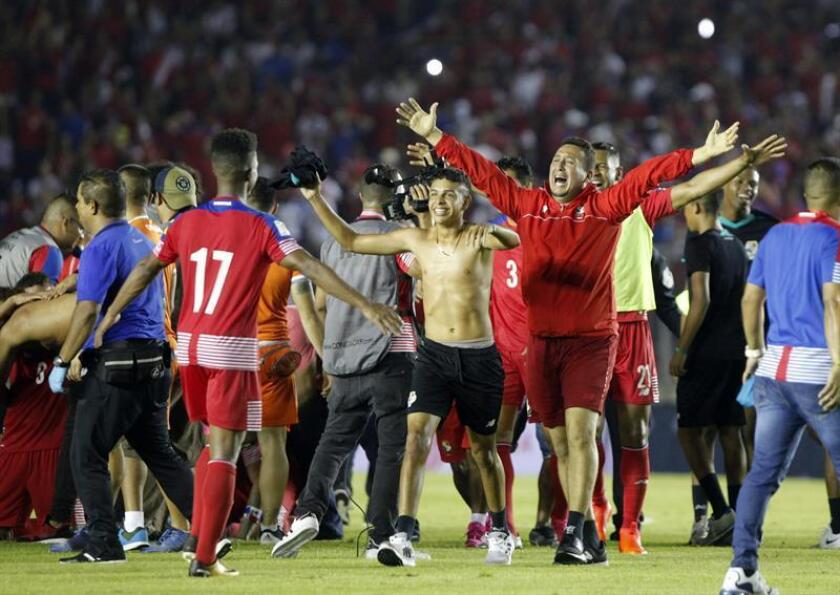 Jugadores y miembros del equipo técnico de la selección panameña de fútbol celebran una victoria de su equipo. EFE/Archivo