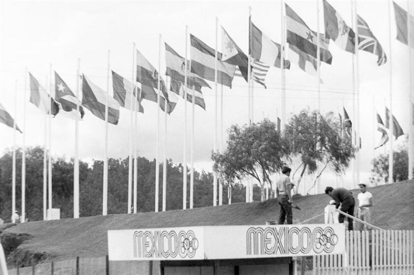 Parque de México DF adornado con banderas de los países participantes en los Juegos Olímpicos de México en 1968. EFE/Archivo