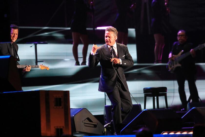 Luis Miguel, mientras en el Auditorio Nacional.