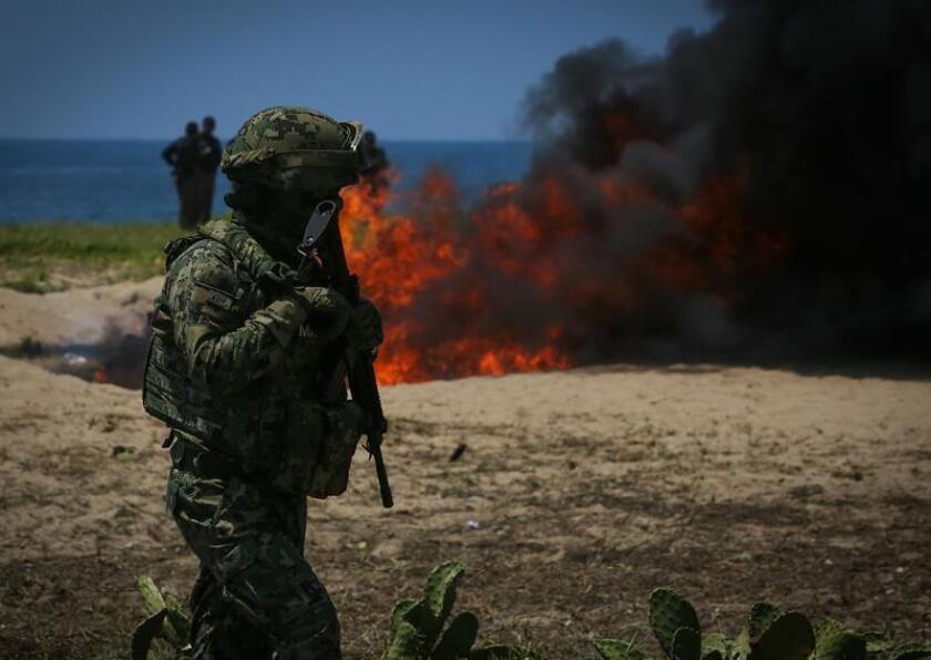Un agente de la Marina de México participa en la destrucción de drogas hoy, jueves 20 de septiembre de 2018, en el balneario de Acapulco, estado de Guerrero (México). EFE