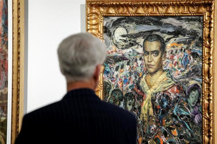 """Un hombre observa un retrato de Federico García Lorca, pintado por el artista Enrique Ochoa, durante la apertura de la exposición """"Ochoa+Lorca, plástica musical"""", que inauguró hoy, jueves 14 de junio de 2018, el Instituto Cervantes de Nueva York (EE.UU.). EFE"""
