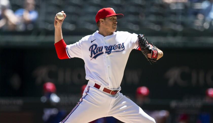 El pitcher abridor de los Rangers de Texas Kyle Gibson lanza en la primera entrada del juego ante los Azulejos de Toronto el miércoles 7 de abril del 2021. (AP Foto/Brandon Wade)