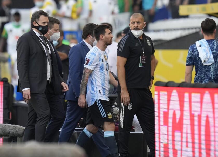 El delantero argentino Lionel Messi se retira de la cancha tras la interrupción del partido \