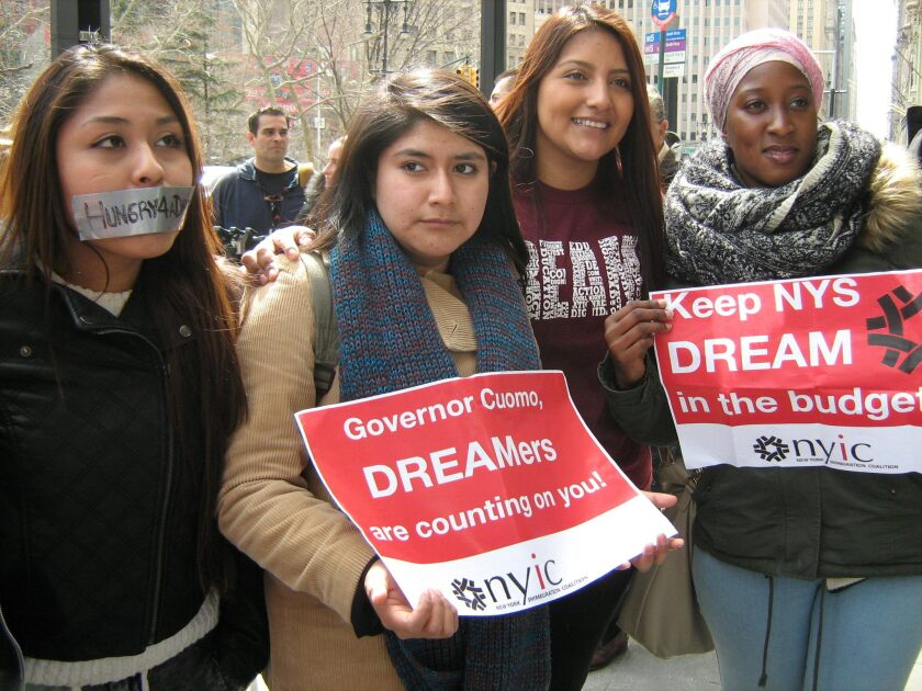 """EFE/EUA CARIBE SHM58 NUEVA YORK (NY, EEUU), 25/3/2015.- Imagen de un grupo de """"dreamers"""" que lucha para que el proyecto del """"Dream Act"""" sea incluido en el proyecto de presupuesto de NY, que les daría acceso a ayuda económica para sus estudios universitarios y que ha decidido ponerse en huelga de hambre. De esta forma quieren hacer presión para que la Legislatura de Nueva York apruebe ese proyecto que permitiría acceso a ayuda económica a estudiantes indocumentados en el sistema de universidades públicas. Los estudiantes dirigieron particularmente su petición a los presidentes de la Asamblea, el demócrata Carl Heastie, y del Senado, el republicano Dean G. Skelos, para que se pongan de acuerdo y el proyecto no sea eliminado de las negociaciones del presupuesto final del estado. EFE/RUTH E. HERNÁNDEZ"""