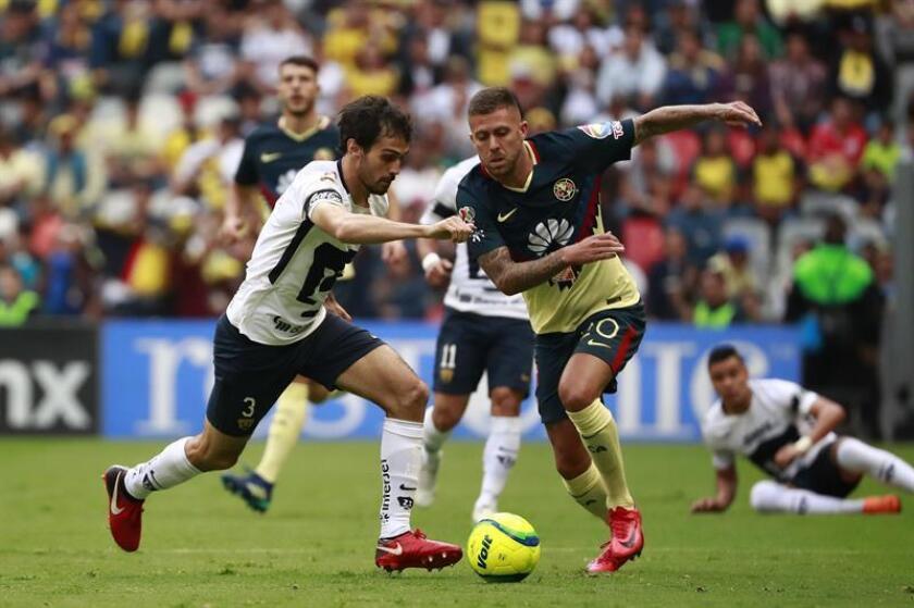 El jugador de Pumas Alejandro Arribas (i) disputa el balón con Jeremmy Méndez (d) del América. EFE/Archivo
