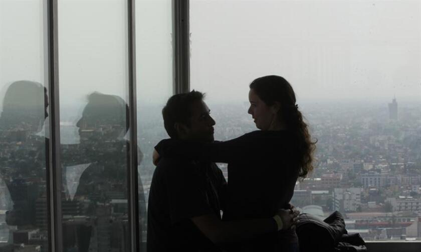 Dos personas muestran su afecto en el rascacielos Torre Latinoamericana de Ciudad de México (México). EFE/Archivo