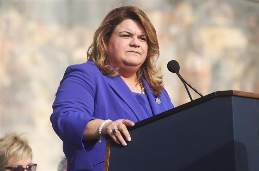 La representante de Puerto Rico ante el Congreso en Washington, Jenniffer González, habla durante la conferencia de prensa. EFE/Archivo