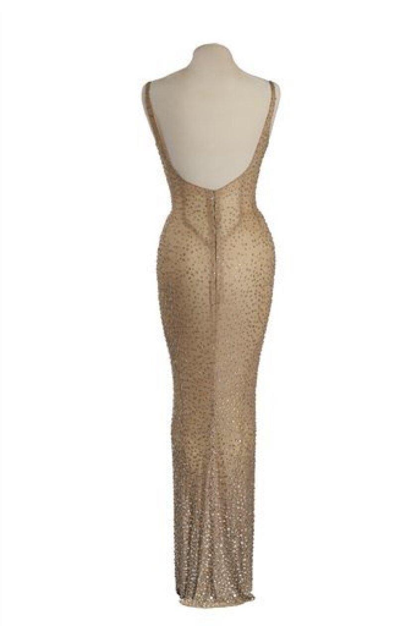 """El vestido beige que usó Marilyn Monroe durante su interpretación de """"Happy Birthday"""" para el presidente John F. Kennedy en una fotografía sin fecha proporcionada por Julien's Auctions. Julien's Auctions ofrecerá el impresionante vestido en Los Angeles el 17 de noviembre de 2016."""