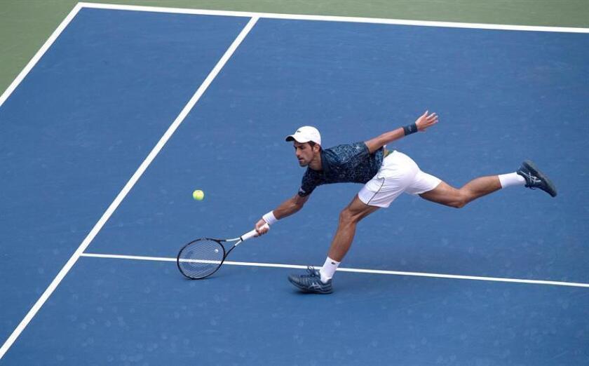 Novak Djokovic de Serbia devuelve una bola a Marton Fucsovics de Hungría hoy, martes 28 de agosto de 2018, durante el segundo día de partidos del Abierto de Tenis de Estados Unidos en el Centro Nacional de Tenis USTA en Flushing Meadows, Nueva York (EE.UU.). EFE