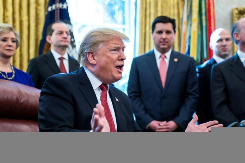 El presidente estadounidense, Donald J. Trump (c), participa en una reunión con fabricantes y productores en el Despacho Oval en Washington D.C (Estados Unidos), este jueves. EFE