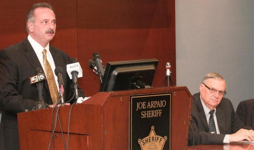 El alguacil del condado de Maricopa, Joe Arpaio (d), escucha al investigador principal, Mike Zullo (i), en una conferencia de prensa hoy, jueves 15 de diciembre de 2016, en Phoenix (EE.UU.). EFE