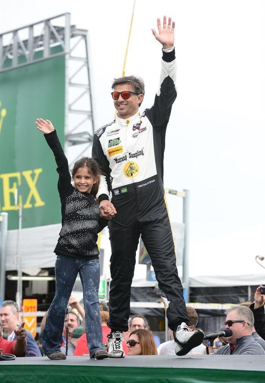 """El piloto brasileño Christian Fittipaldi del equipo """"Mustang Sampling Racing"""" saluda durante la presentación de los pilotos previo a la competencia Rolex 24 Horas, el sábado 27 de enero de 2018, en la ciudad de Daytona Beach (Estados Unidos). EFE"""