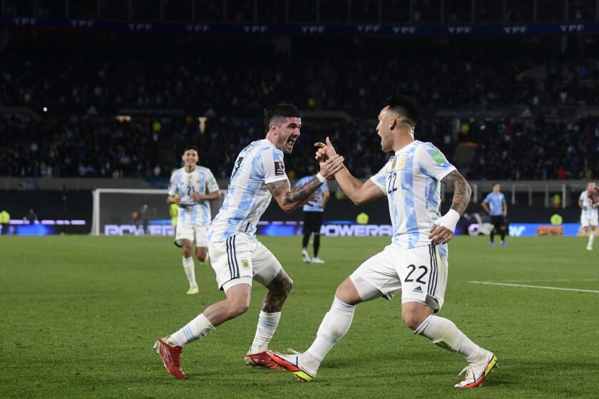 Lautaro Martínez (22) celebra con su compañero Rodrigo De Paul tras anotar el tercer gol de Argentina