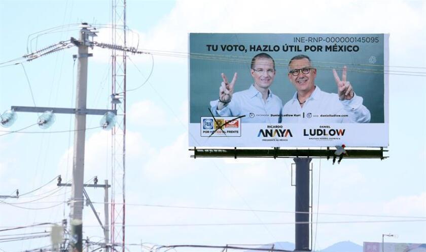 Personal de limpieza retira propaganda electoral en la ciudad de Pachuca, en el estado de Hidalgo (México). EFE