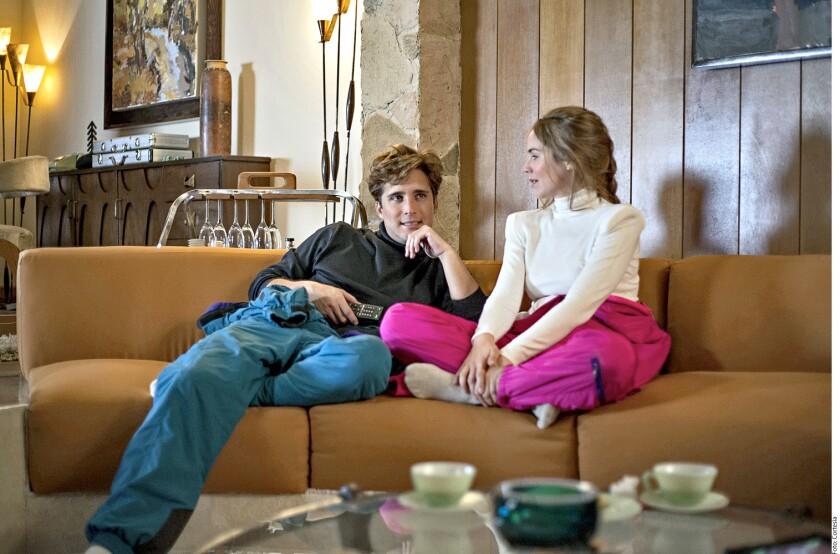 Diego Boneta y Camila Sodi en un escena de Luis Miguel La Serie.