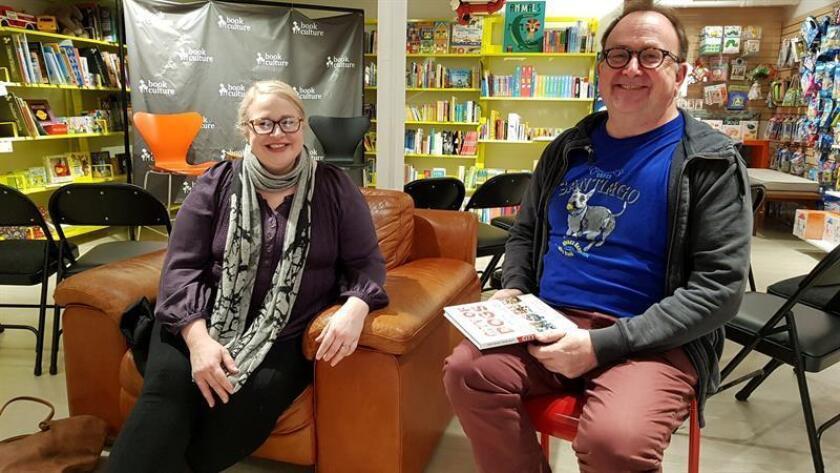 """La fotógrafa Traer Scott (i) y el escritor Ken Foster posan durante la presentación de su libro """"City of Dogs"""" (La ciudad de los perros) este 17 de enero del 2019 en una librería del barrio Queens en Nueva York (EE.UU.). EFE"""