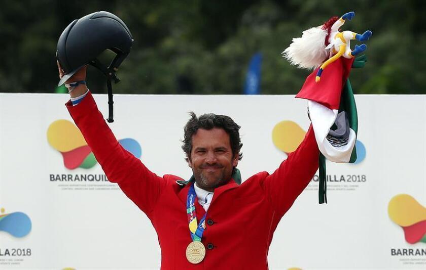 El mexicano Francisco Pasquel celebra luego de ganar la medalla de oro en la prueba ecuestre de salto, competencia velocidad, durante los XXIII Juegos Centroamericanos y del Caribe 2018, en Bogotá (Colombia). EFE