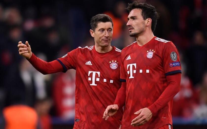 Robert Lewandowski (i) y Mats Hummels del Bayern reaccionan tras perder ante el Liverpool este miércoles, durante un partido de octavos de final de la Liga de Campeones UEFA, entre el Bayern Munich y el Liverpool FC, en el estadio Allianz Arena de Munich (Alemania). EFE