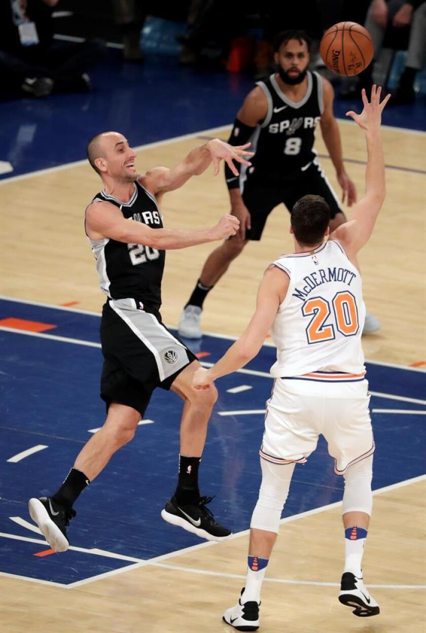 Manu Ginobili (i) de Spurs lanza contra Doug McDermott (d) de Knicks, durante su juego de baloncesto de la NBA entre San Antonio Spurs y New York Knicks en el Madison Square Garden en Nueva yOrk (EE.UU.). EFE