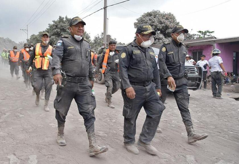 Policías guatemaltecos continúan con la búsqueda de más supervivientes en el cacerío de El Rodeo (Guatemala), uno de los más afectados.