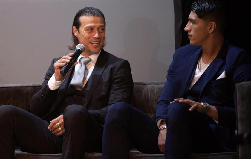 """El argentino Matías Almeida (i) habla acompañado del jugador de Chivas Alan Pulido (d) durante la presentación del documental """"Chivas, la película"""" el pasado jueves, 25 de octubre e 2018, dentro del marco del festival Internacional de Cine de Morelia, en el estado de Michoacán (México). EFE"""