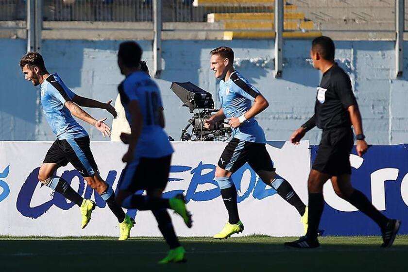 El jugador de Uruguay Nicolás Schiappacasse (i) celebra un gol este lunes, durante un partido de la tercera fecha del hexagonal final del Campeonato Sudamericano Sub 20 disputado en el estadio El Teniente de Rancagua (Chile). EFE
