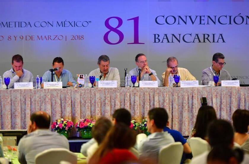El presidente de la Asociación de Bancos de México (ABM), Marcos Martínez Gavica (3-i) habla en la 81 convención bancaria hoy, jueves 8 de marzo de 2018, en Acapulco (Brasil). Ni la incertidumbre que generan el TLCAN, los comicios, la inseguridad o la corrupción impidieron a Gobierno y banqueros mexicanos a presumir fortalezas económicas y bonanza en el sector financiero en la inauguración hoy de la 81 convención de la Asociación de Bancos de México (ABM). EFE