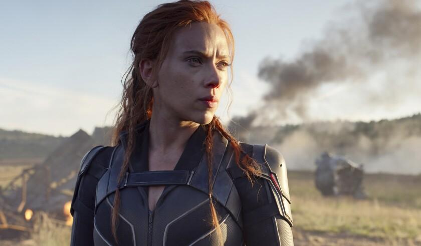 """Scarlett Johansson en una escena de """"Black Widow"""" en una imagen proporcionada por Disney/Marvel Studios."""