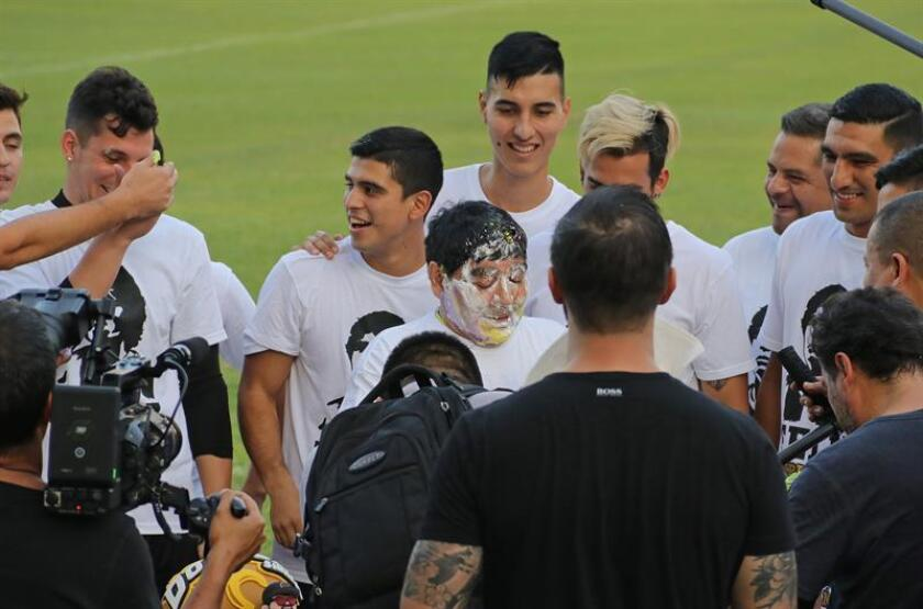 Imagen de archivo del exfutbolista argentino y director técnico del club de fútbol Dorados de Sinaloa de México, Diego Armando Maradona (c). EFE/Archivo