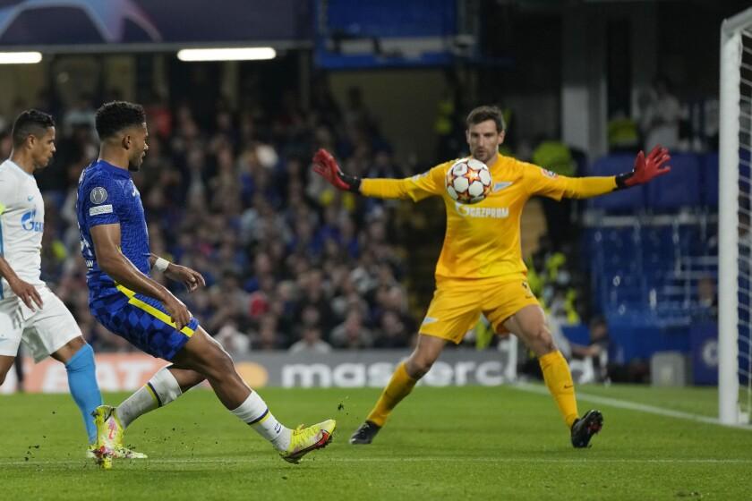 Reece James, segundo de izquierda a derecha, falla una oportunidad de gol por el Chelsea durante un partido del Grupo H de la Liga de Campeones ante el Zenit de San Petersburgo, en el estadio Stamford Bridge de Londres, el martes 14 de septiembre de 2021. (AP Foto/Kirsty Wigglesworth)