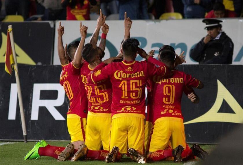 Los jugadores de Morelia celebran la anotación de un gol durante el juego correspondiente a la jornada 2 del torneo mexicano de fútbol celebrado en el estadio Morelos, en Morelia. EFE