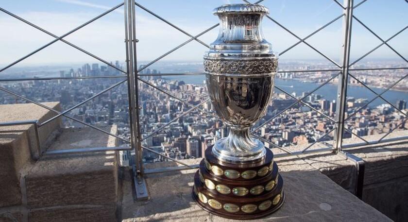 El trofeo de la Copa América en todo lo alto en Nueva York, sede del sorteo.