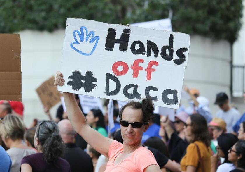 """Jóvenes a los que la Administración Trump revocó la protección del Programa de Acción Diferida para los Llegados en la Infancia (DACA) pidieron hoy a una corte de Los Ángeles extender la demanda a todos aquellos """"soñadores"""" a los que el gobierno revocó el programa """"ilegalmente"""". EFE/ARCHIVO"""