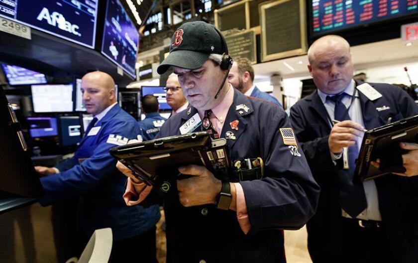 Agentes de Bolsa realizan su trabajo en el parqué de Nueva York, Estados Unidos. EFE