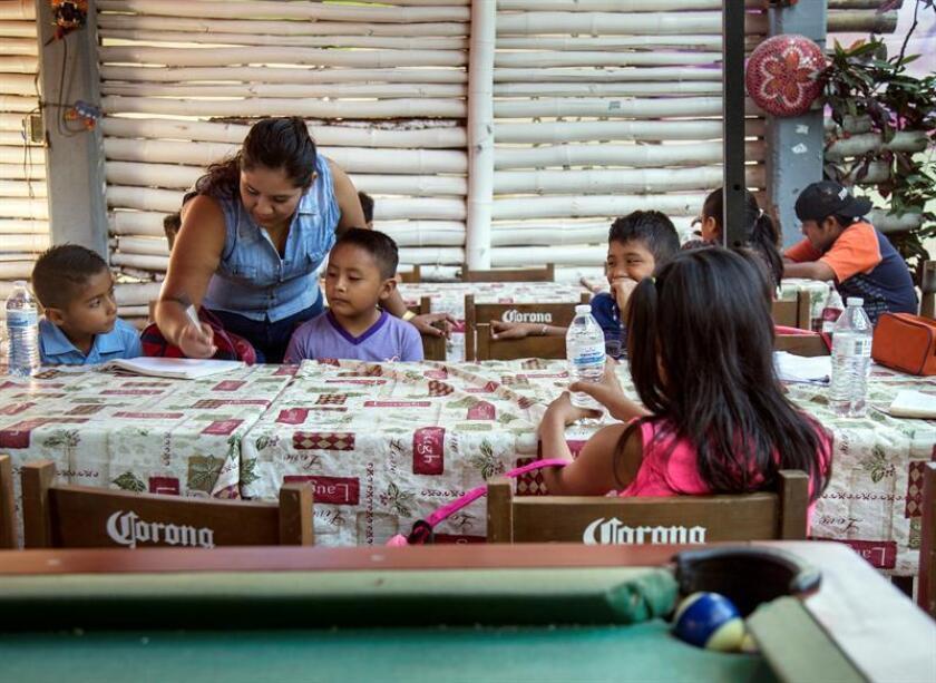 Más de 900 niños y jóvenes aún se encuentran sin acceso a una escuela y servicios de salud, tras los sismos que sacudieron el centro y sur del país en septiembre pasado, alertó hoy el representante de Unicef en México, Christian Skoog. EFE/ARCHIVO