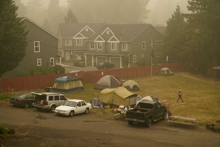 Personas evacuadas el incendio de Riverside, alojadas en carpas en el Milwaukie-Portland Elks Lodge