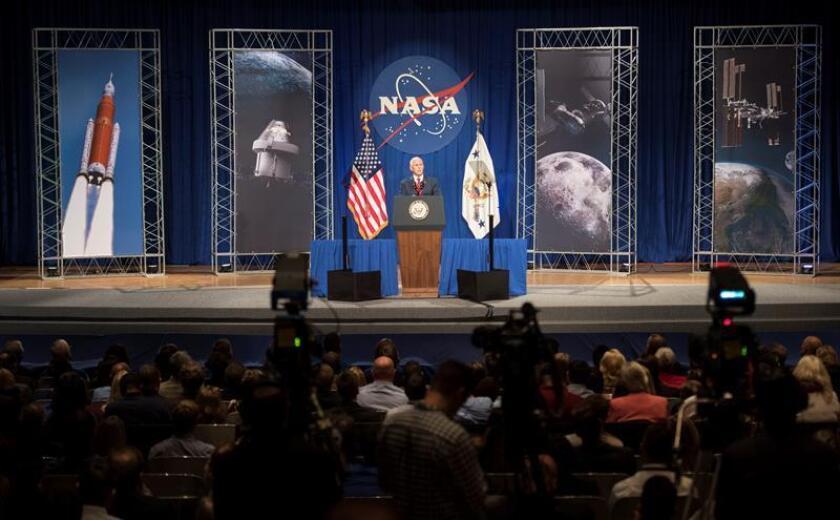 Fotografía cedida por la NASA que muestra al vicepresidente de Estados Unidos, Mike Pence, mientras habla en el auditorio Teague en el Centro Espacial Johnson de la NASA hoy, jueves 23 de agosto de 2018, en Houston, Texas (EE.UU.). EFE/Joel Kowsky/NASA/CRÉDITO OBLIGATORIO/SOLO USO EDITORIAL/NO VENTAS