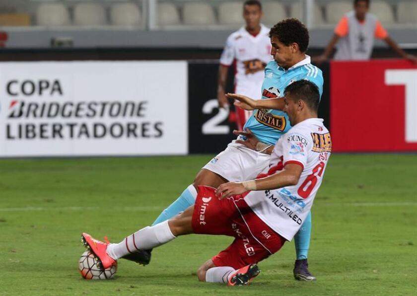 En la imagen, el futbolista Alexander Succar (i) del Sporting Cristal. EFE/Archivo