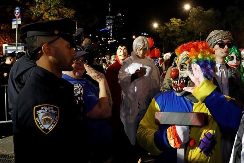 Decenas de personas recorren las calles disfrazadas en la noche de Halloween. EFE