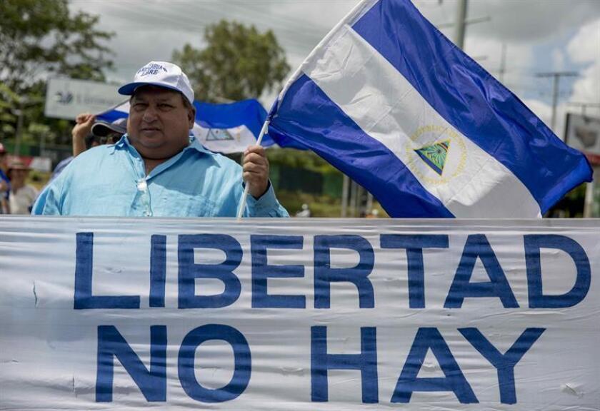 NIC04. MANAGUA (NICARAGUA), 30/07/2018.- Decenas de personas participan en un plantón de periodistas, que exige respeto por la libertad de expresión, hoy, lunes 30 de julio de 2018, en el día numero 104 de protestas contra el gobierno de Daniel Ortega, en Managua (Nicaragua). EFE/Jorge Torres