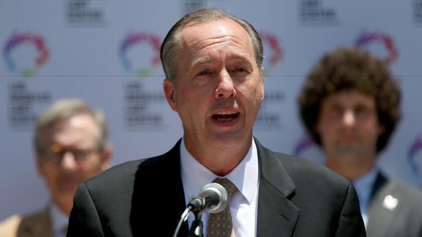 El Dr. Jeffrey Gunzenhauser, del Departamento de Salud Pública del Condado de Los Ángeles, instó a todos los hombres homosexuales y bisexuales a vacunarse contra la meningitis, como ampliación de una advertencia previa (Luis Sinco / Los Angeles Times).