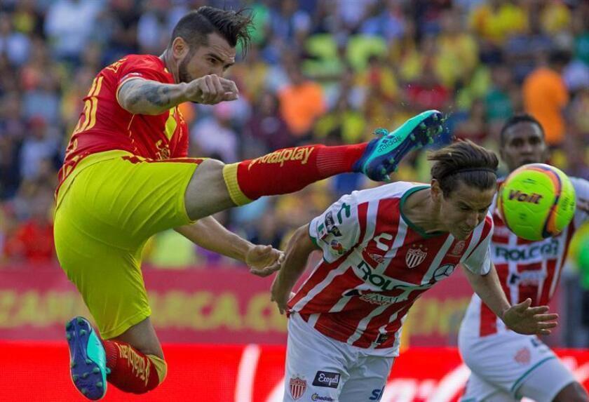 El jugador de Morelia Mario Osuna (i), pelea por el balón con Igor Lichnovski (d), de Necaxa hoy, viernes 27 de abril de 2018, durante el juego correspondiente a la jornada 17 del torneo mexicano de fútbol celebrado en el estadio Morelos en la ciudad de Morelia (México). EFE