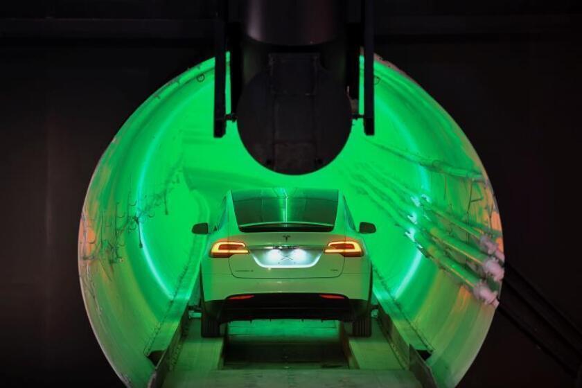 Elon Musk presenta el prototipo de su visionario sistema de transporte