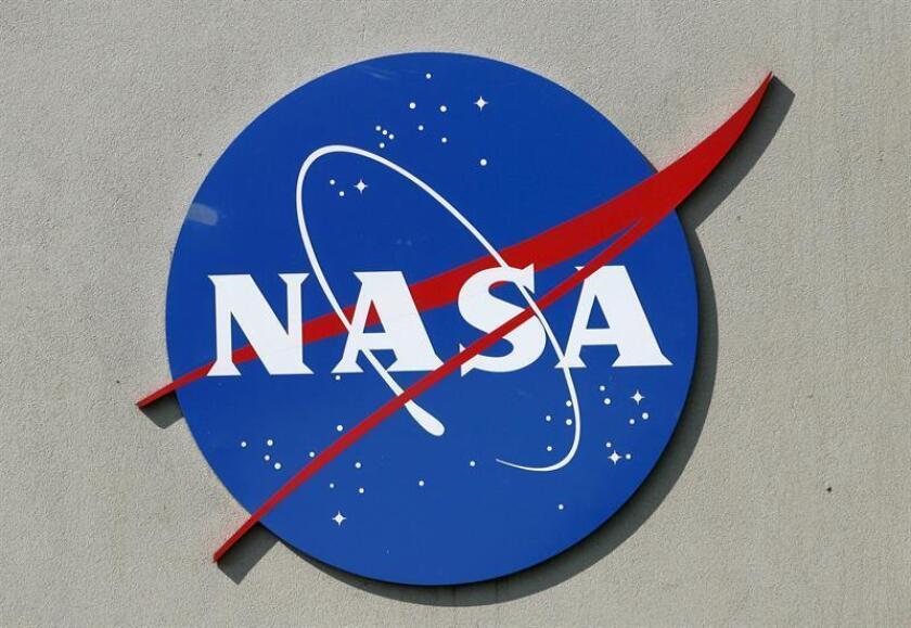 Un logo de la NASA se aprecia en las afueras del Centro Espacial Johnson en Houston (EEUU). EFE/Archivo