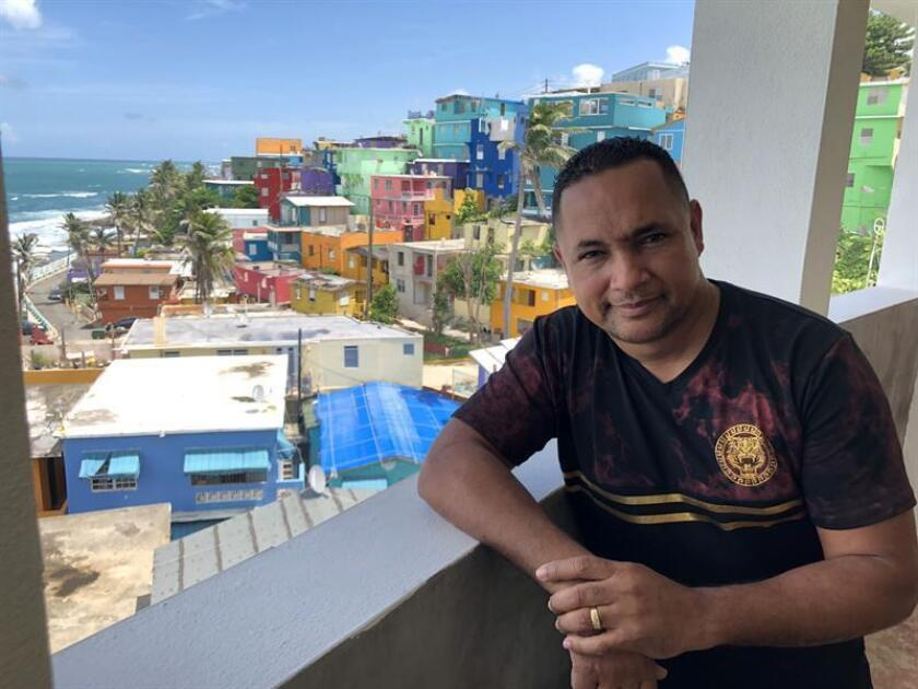 El cantante Félix Rodríguez, conocido como DJ Negro, posa para Efe el 26 de septiembre de 2018, en La Perla, la barriada popular en San Juan donde éste músico nació y se crió. EFE