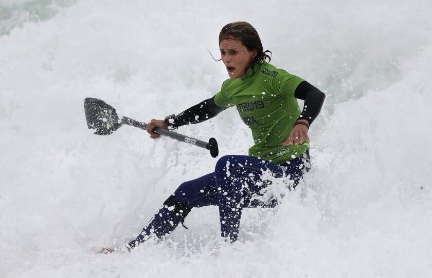 La brasileña Lena Guimaraes compite para ganar el oro en la competencia de paddle board, el viernes 2 de agosto de 2019, en Lima. Fue la primera presea dorada de surf en la historia de los Juegos Panamericanos (AP Foto/Silvia Izquierdo) ** Usable by HOY, ELSENT and SD Only **