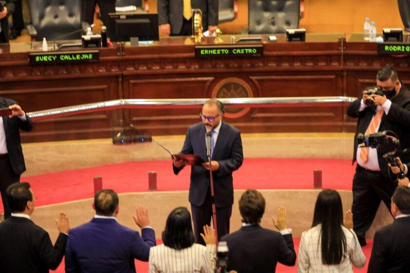 Ernesto Castro, presidente del nuevo Congreso de El Salvador, juramenta a los miembros de la junta directiva.
